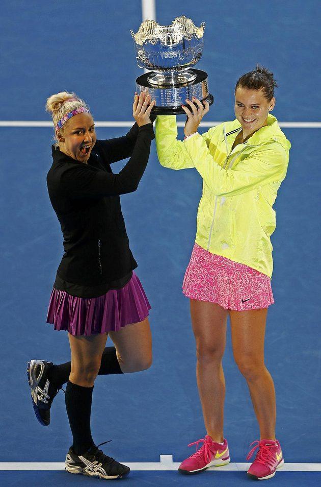 Česká tenistka Lucie Šafářová (vpravo) a Bethanie Matteková-Sandsová s trofejí pro vítězky Australian Open.