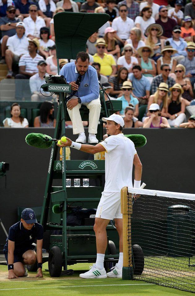 Tomáš Berdych debatuje s rozhodčím ve druhém setu osmifinále Wimbledonu s Rakušanem Dominikem Thiemem.