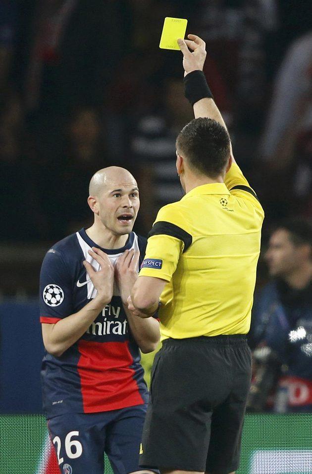 Hlavní rozhodčí Ivan Bebek uděluje žlutou kartu Christophu Jalletovi z Paris St. Germain v odvetném osmifinálovém utkání Ligy mistrů.