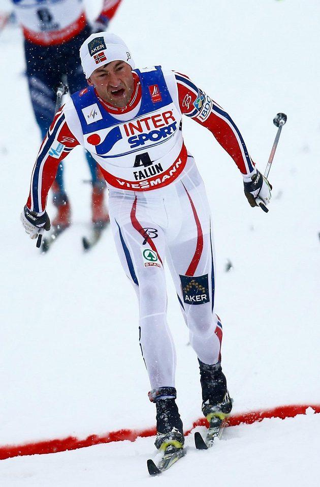 Závěr závodu na 50 km při MS ve Falunu: Petter Northug v cíli jako vítěz.