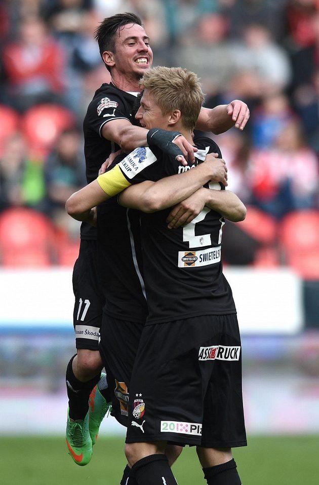 Fotbalisté Plzně Milan Petržela (vlevo) a Václav procházka oslavují gól proti Slavii.