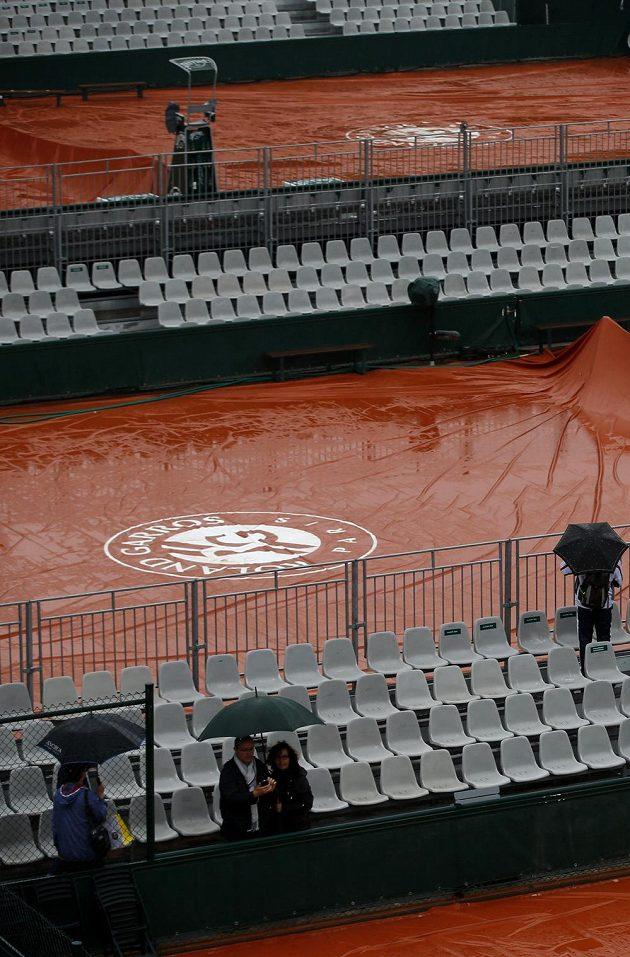 Plachty zahalily v Paříži všechny kurty - příznivci měli smůlu, veškerý tenisový program byl odložen na úterý.