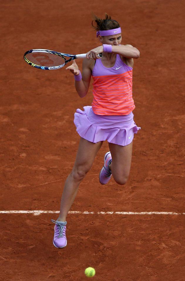 Česká tenistka Lucie Šafářová returnuje v zápase s Marií Šarapovovou v osmifinále French Open.
