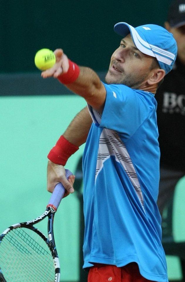 Český tenista Jan Hájek v daviscupovém utkání s Kazachem Michailem Kukuškinem.