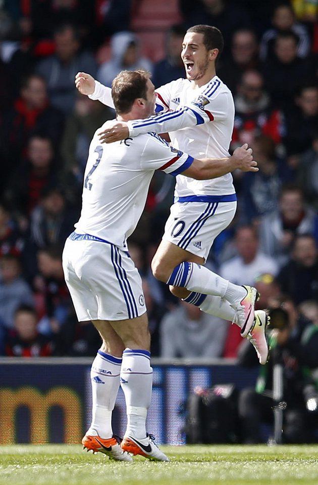 Eden Hazard (vpravo) slaví svůj gól s Branislavem Ivanovičem.