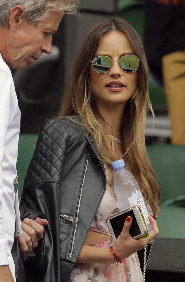 Partnerka Tomáše Berdycha Ester Sátorová při semifinále se Švýcarem Rogerem Federerem.