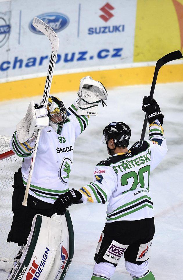 Hokejisté Mladé Boleslavi David Rittich (vlevo) a Matěj Stříteský oslavují vítězství nad Spartou.