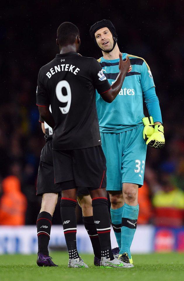 Petr Čech z Arsenalu se po dohrávce třetího ligového kola zdraví s liverpoolským Christianem Bentekem.
