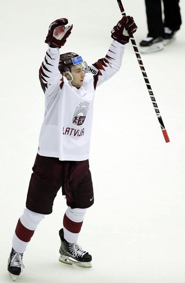 Lotyš Uvis Balinskis se raduje z trefy proti USA.