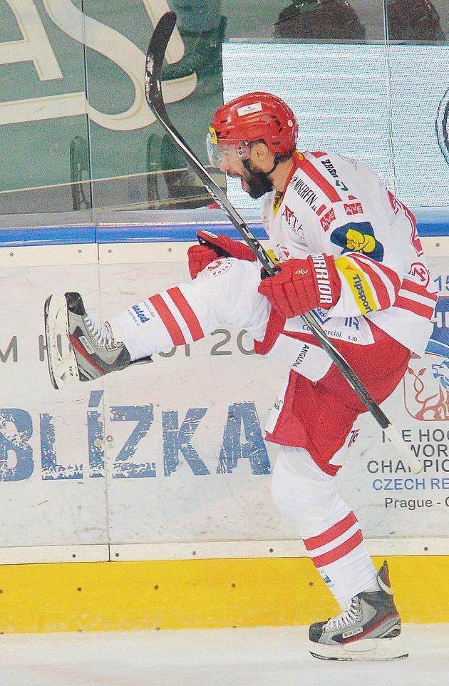 Střelec Zbyněk Irgl z Třince se radují z třetího a vítězného gólu v sérii proti Spartě.