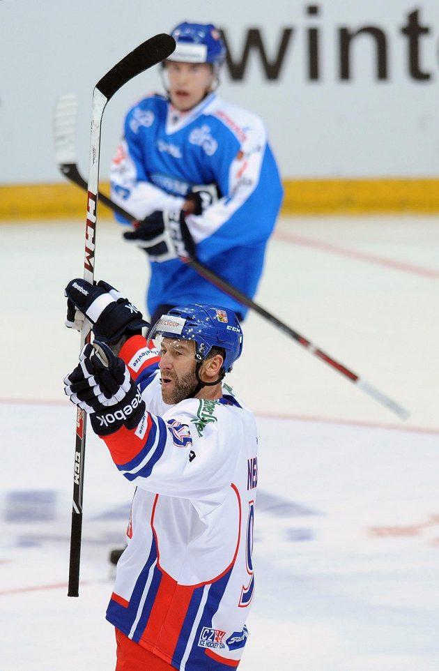 Český útočník Petr Nedvěd se raduje z gólu proti Finsku.