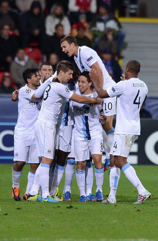 Hráči Manchesteru City slaví druhou branku do sítě Plzně během utkání Ligy mistrů.