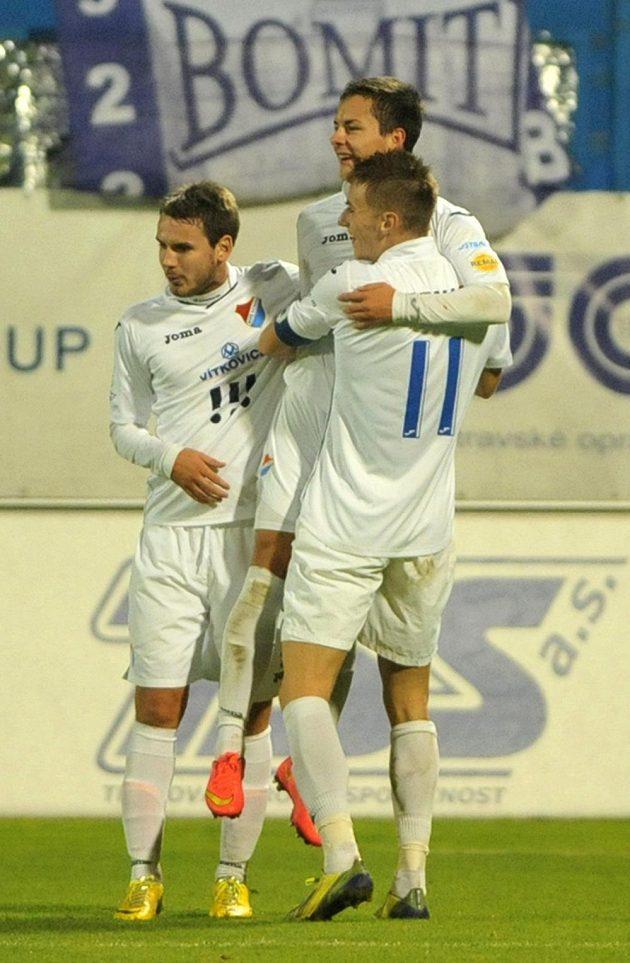 Hráči Baníku se radují z druhé branky proti Hradci, uprostřed je střelec gólu Daniel Holzer.