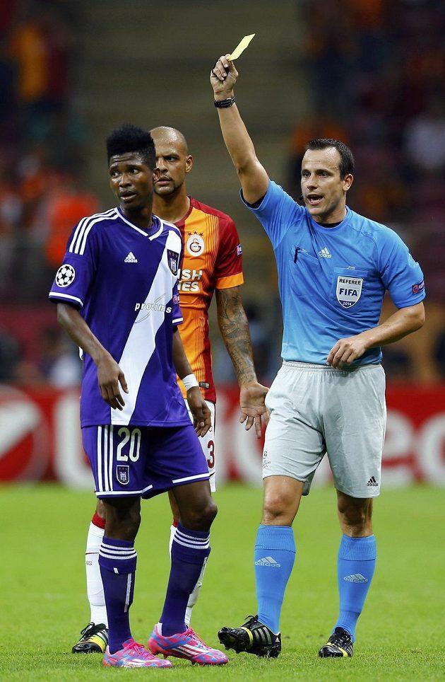 Maďarský rozhodčí Istvan Vad (vpravo) v duelu Ligy mistrů mezi Galatasarayem a Anderlechtem.