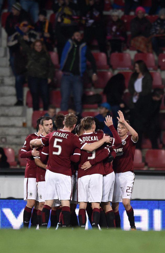 Fotbalisté Sparty Praha oslavují gól proti Českým Budějovicím.