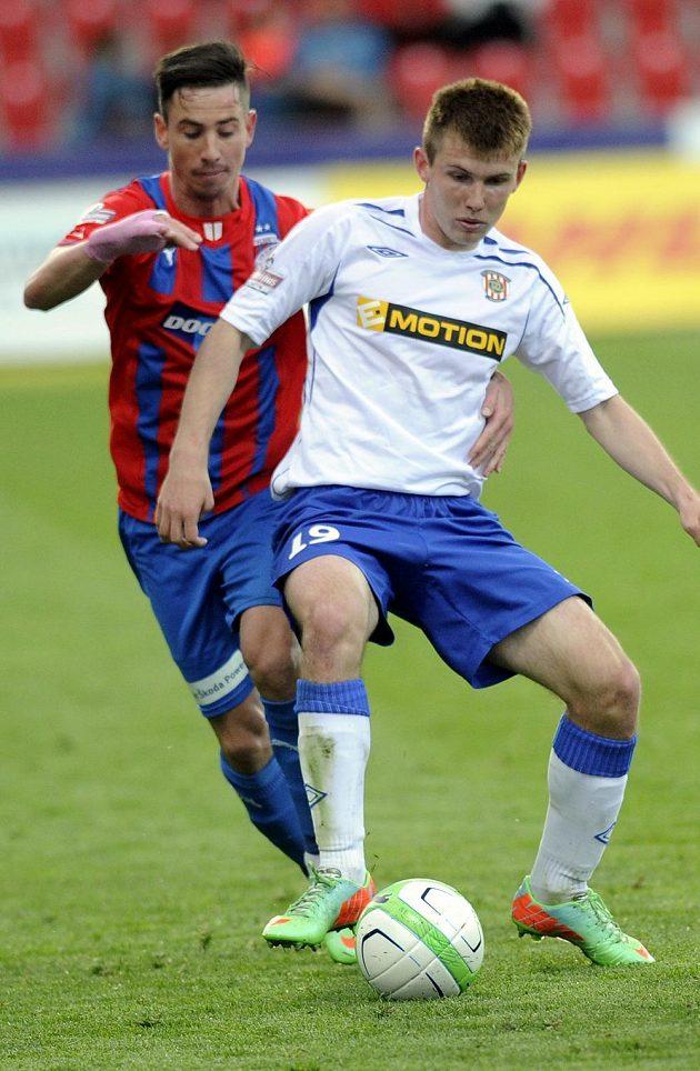 Plzeňský záložník Milan Petržela (vlevo) v souboji s Milanem Lutonským z Brna.