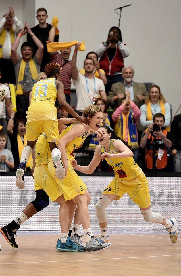 Basketbalistky USK Praha (zleva) Danielle Robinsonová, Jana Veselá a Sonja Petrovičová oslavují vítězství ve finále Final Four nad Jekatěrinburgem.