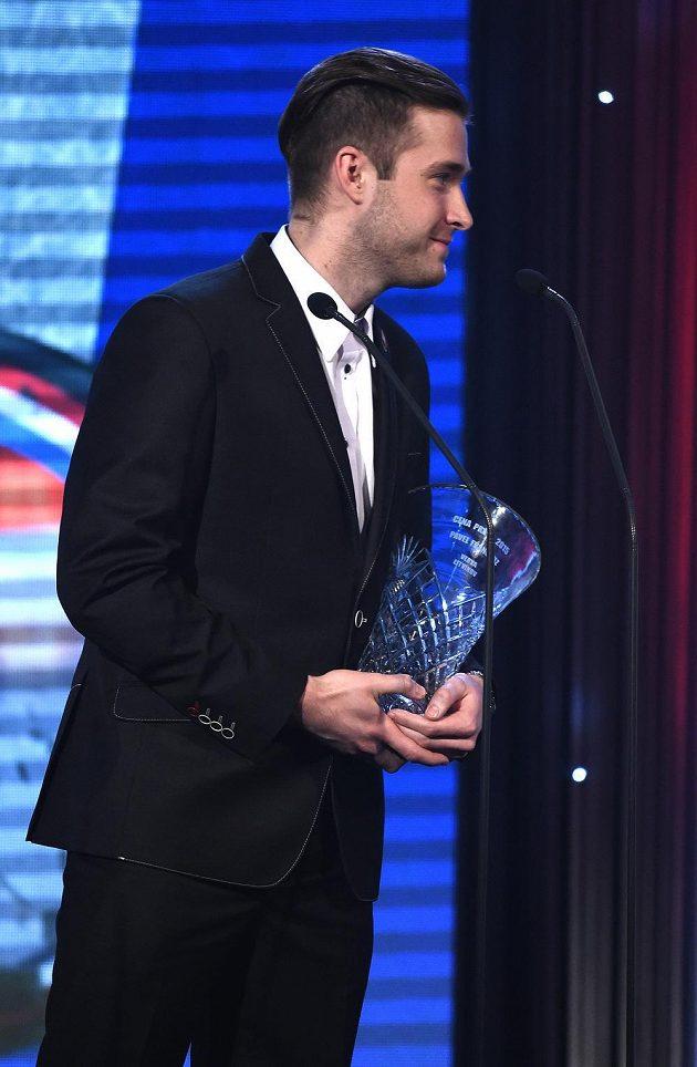 Brankář Pavel Francouz s cenou deníku Právo pro nejlepšího brankáře sezóny 2014/15 během galavečera Hokejista sezony.