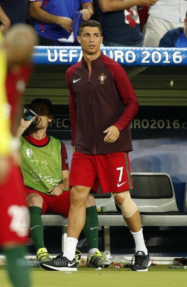 Ošetřený Cristiano Ronaldo sledoval prodloužení finále mistrovství Evropy jen z lavičky.
