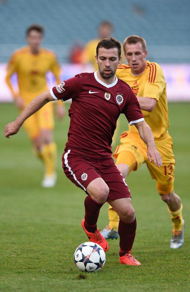 Záložník Sparty Praha Josef Hušbauer si kryje míč před Tomášem Bergrem z Dukly.