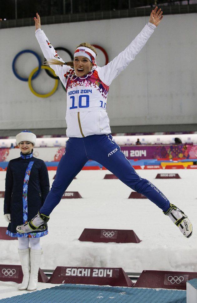 Česká biatlonistka Gabriela Soukalová skáče radostí. Po dvou čtvrtých místech se v Soči dočkala cenného kovu.