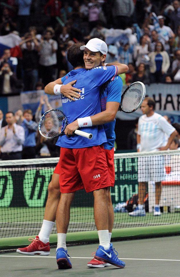Čeští tenisté Radek Štěpánek (vpravo) a Tomáš Berdych oslavují postup do finále Davis Cupu.
