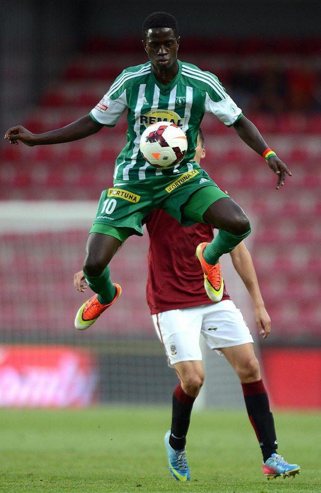 Moustapha Ndiaye z Bohemians (vpředu) během utkání Letního ligového poháru Prahy proti Spartě.