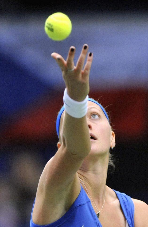 Petra Kvitová servíruje v semifinále Fed Cupu.