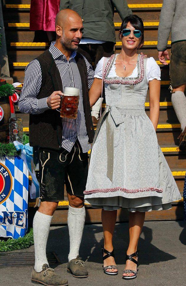 Ani kouč Bayernu Mnichov Pep Guardiola nemohl s manželkou Cristinou na Oktoberfestu chybět.