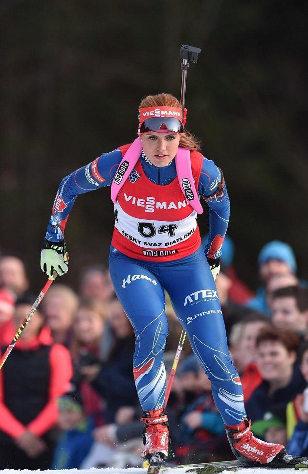 Gabriela Soukalová s novým odstínem vlasů na trati mistrovství České republiky v biatlonovém supersprintu.