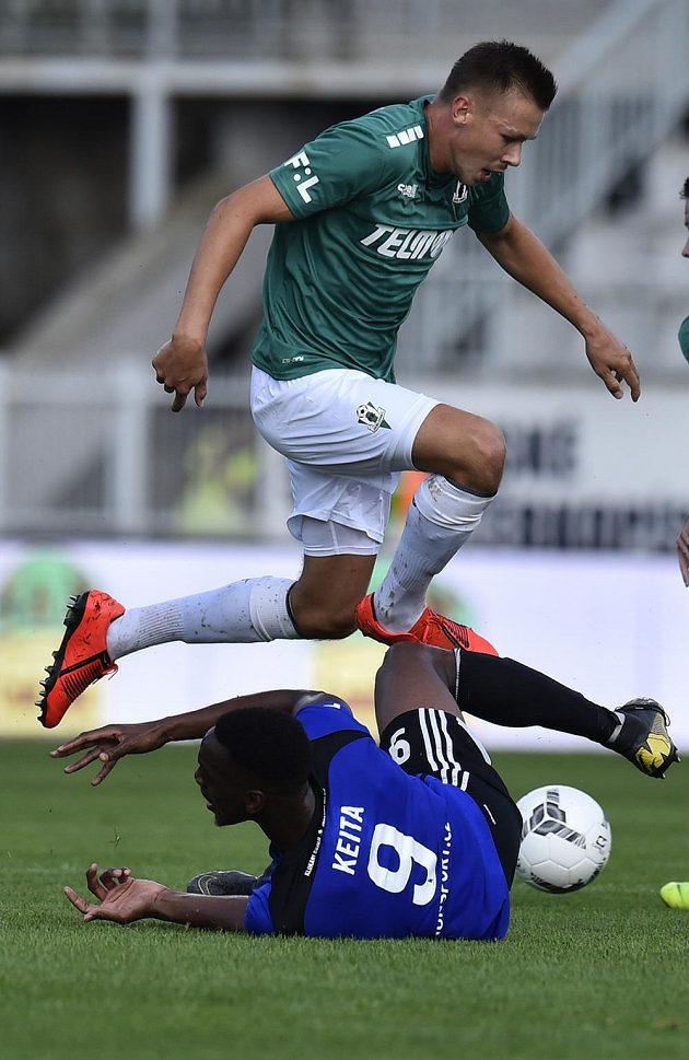 Dominik Plechatý z Jablonce a dole Ibrahim Keita z Bohemians v akci během úvodního utkání nejvyšší soutěže.