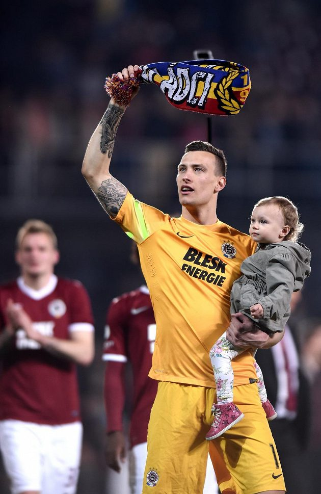 Brankář Sparty Praha Marek Štěch s dcerou po vítězství nad Slavií.