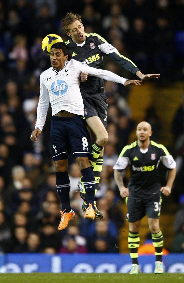 Paulinho z Tottenhamu (vlevo) ve vzdušném souboji s Peter Crouchem ze Stoke City.