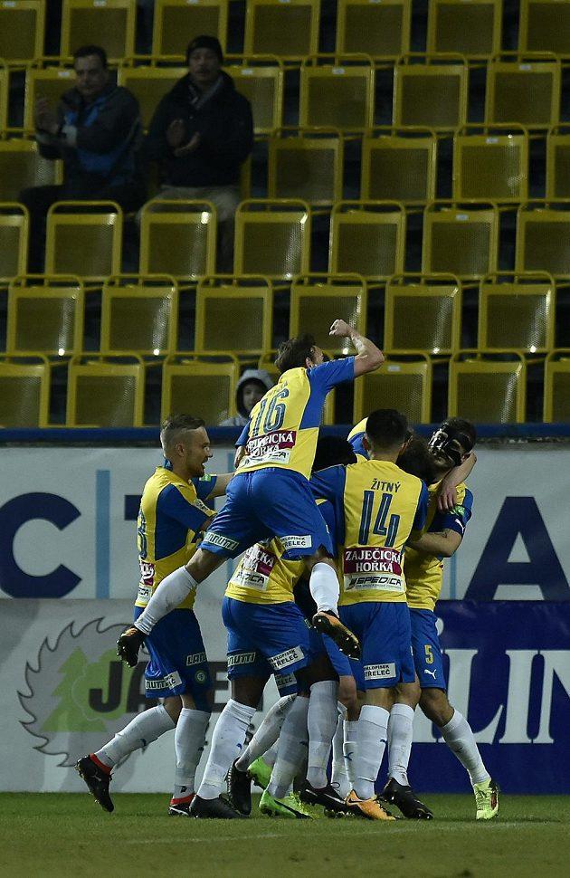 Fotbalisté Teplic se radují z gólu Alexe Krále do sítě Zlína.