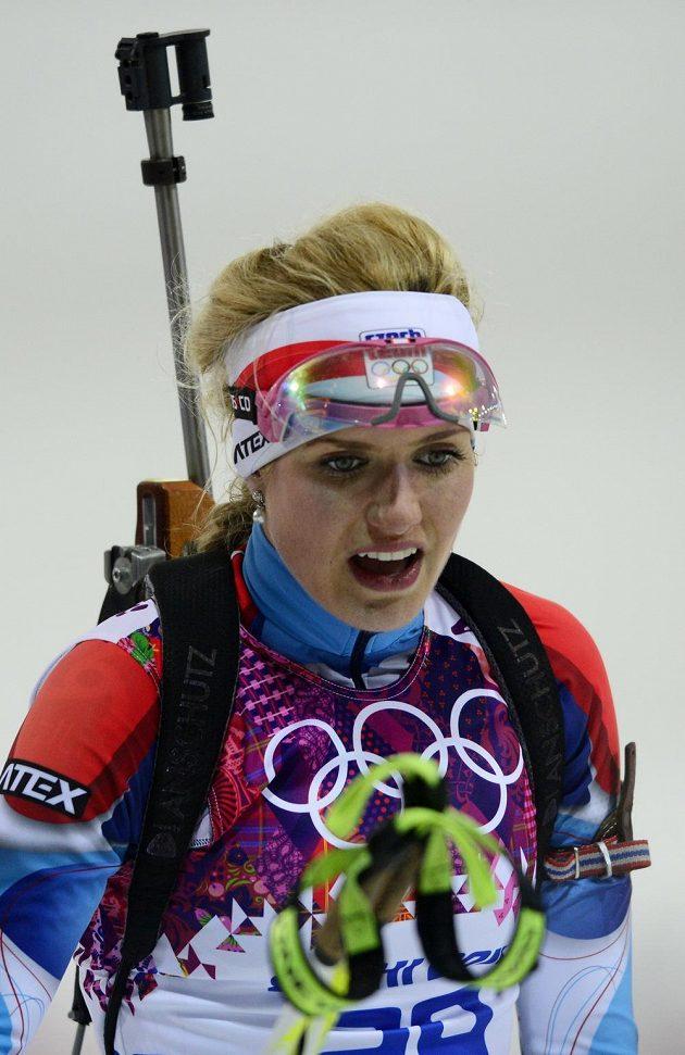 Biatlonistka Gabriela Soukalová v cílí stíhacího závodu na 10 km.