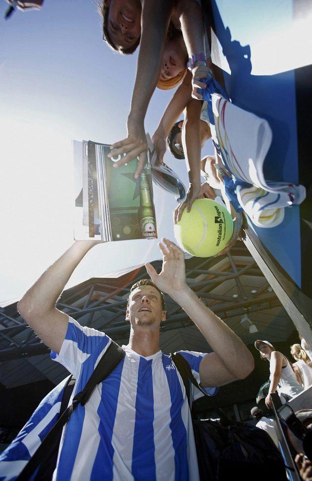 Tomáš Berdych rozdává autogramy po vítězném zápase prvního kola Australian Open s Kazachem Aleksandrem Nedovjesovem.