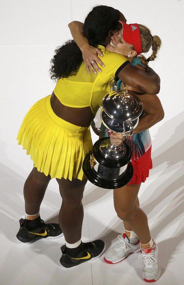 Dvě finalistky tenisového Australian Open při pozápasovém objetí.