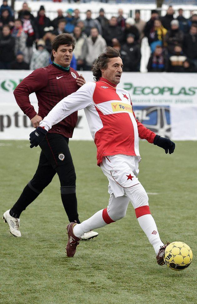 Ivo Knoflíček ze Slavie a Lumír Mistr ze Sparty během tradičního Silvestrovského derby internacionálů.