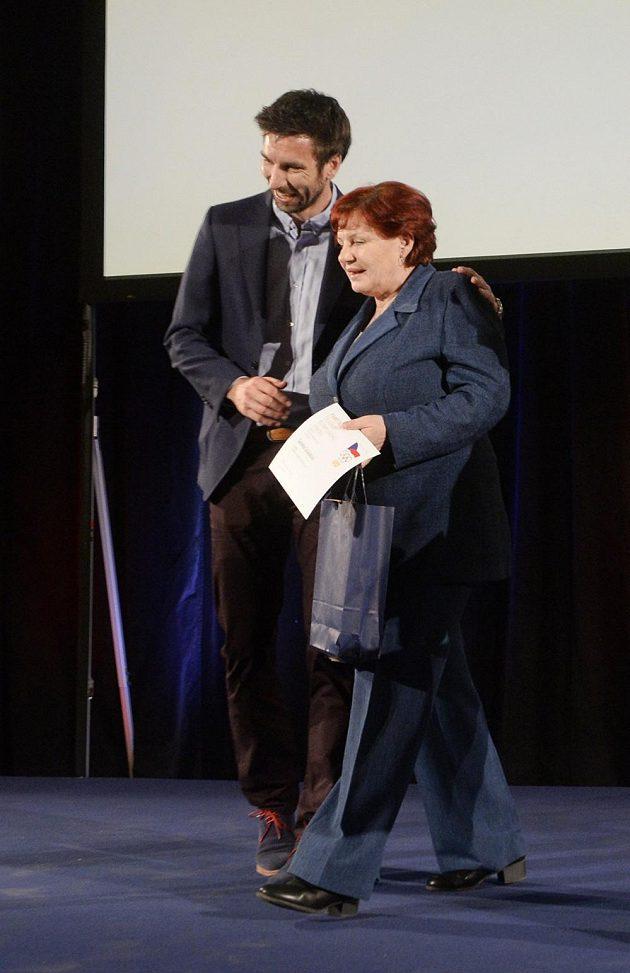 Oceněná Gabriela Soukalová, matka úspěšné české biatlonistky, s badmintonovým reprezentantem Petrem Koukalem.