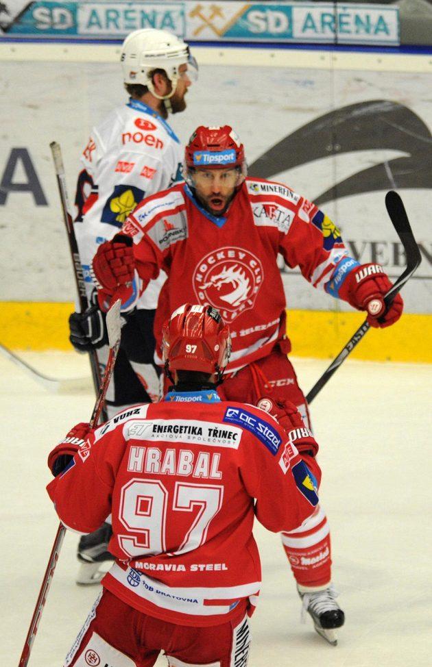 Útočník Třince Zbyněk Irgl se raduje z gólu.