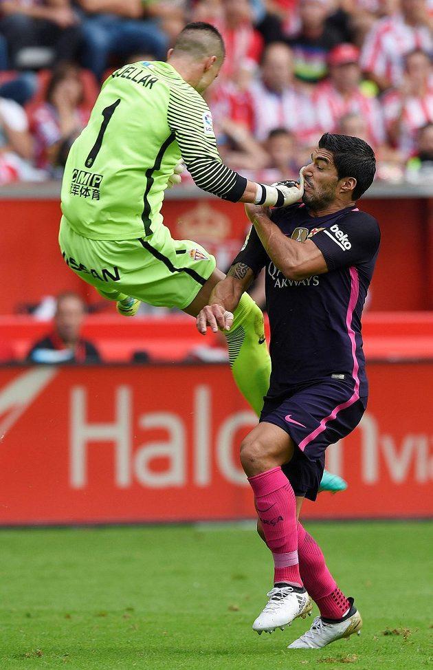 Brankář Gijónu Ivan Cuellar (vlevo) a barcelonský útočník Luis Suárez v zápase 6. kola La Ligy.