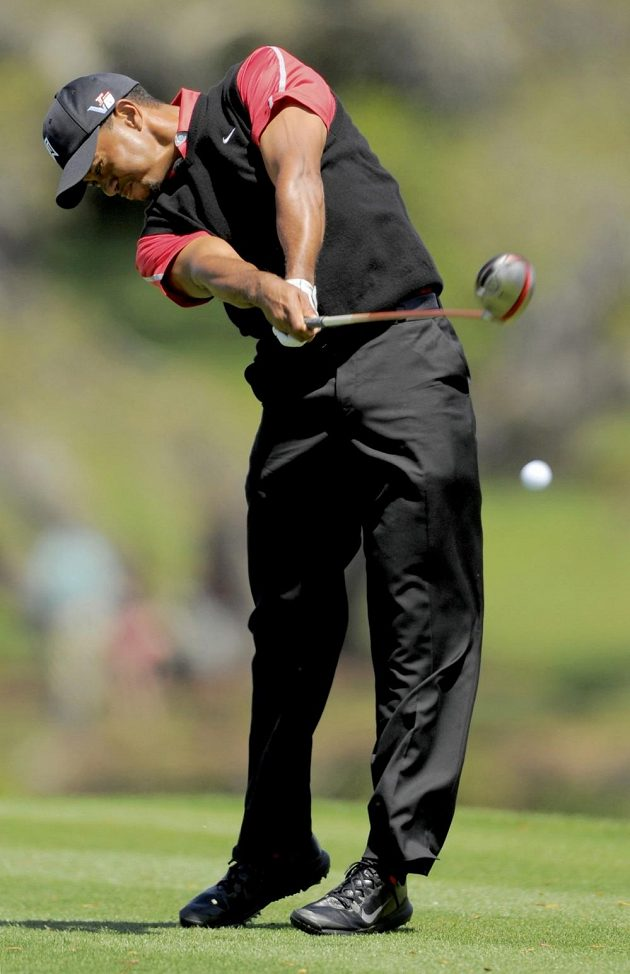Golfista Tiger Woods při odpalu