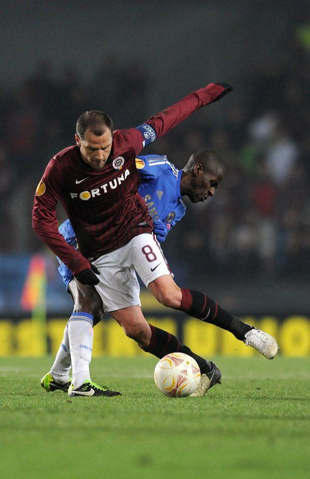 Marek Matějovský ze Sparty (vpředu) vede míč před záložníkem Chelsea Ramiresem.