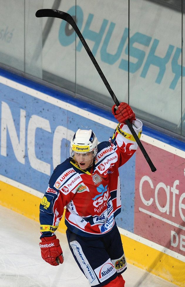 Lukáš Radil z Pardubic oslavuje gól v duelu se Spartou.