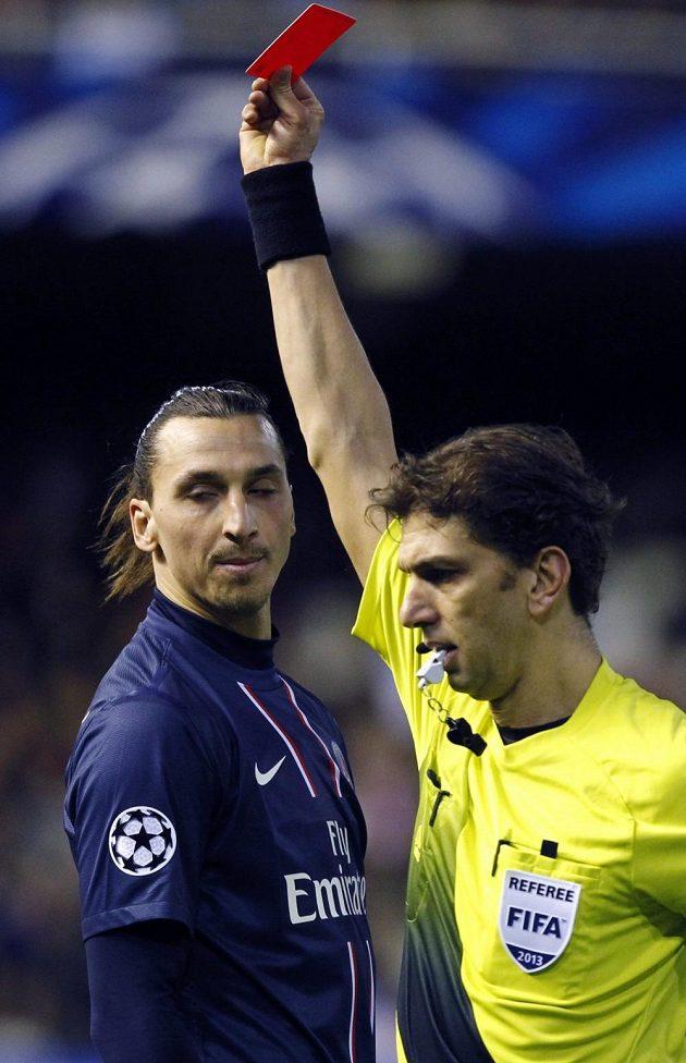 Sudí ukazuje útočníkovi Paris Saint-Germain Zlatanu Ibrahimovicovi červenou kartu.