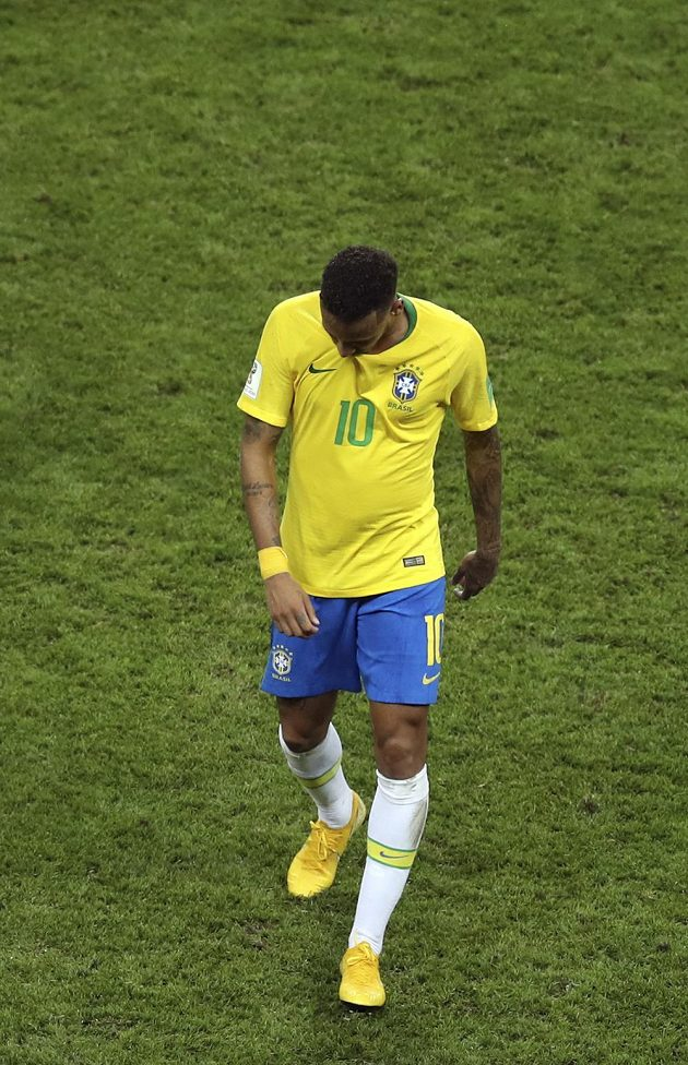 Brazilec Neymar se sklopenou hlavou opouští scénu šampionátu.