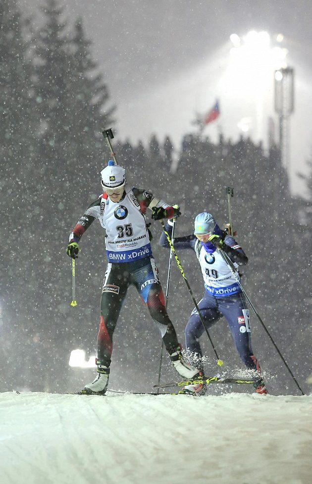 Česká závodnice Veronika Vítková (v popředí) a Jelizaveta Belčenková z Kazachstánu.