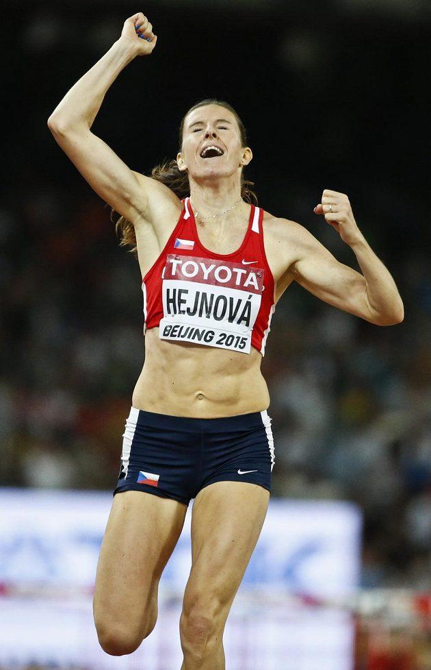 Zlatá radost! Zuzana Hejnová v cíli finále na 400 m překážek při MS v Pekingu.