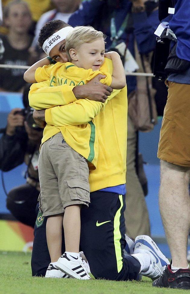 Tak kdypak nastoupíme spolu. Kapitán Brazilců Neymar a jeho syn Davi Lucca se radují z vytouženého zlata.