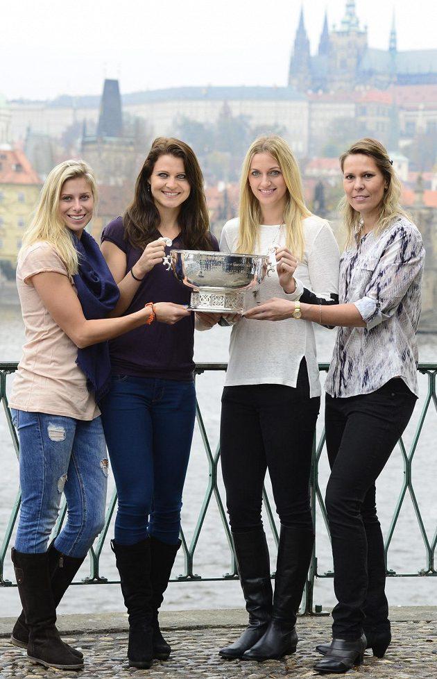 Zleva Andrea Hlaváčková, Lucie Šafářová, Petra Kvitová a Lucie Hradecká drží pohár pro vítězky Fed Cupu.